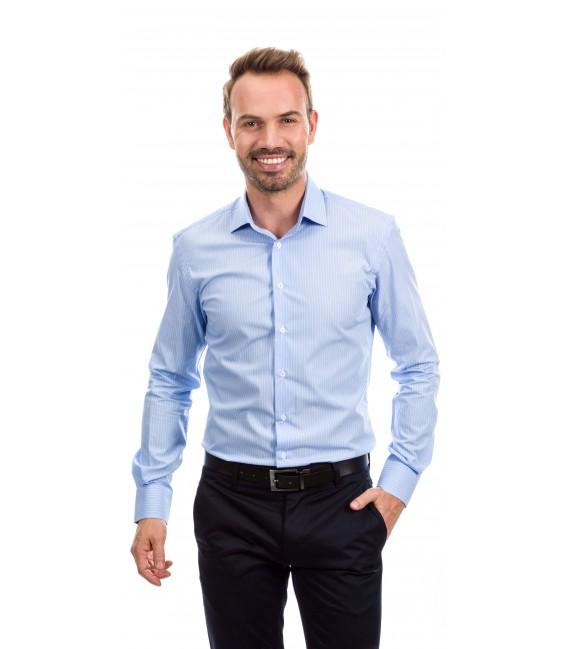 Camisa a medida azul claro con líneas blancas finas
